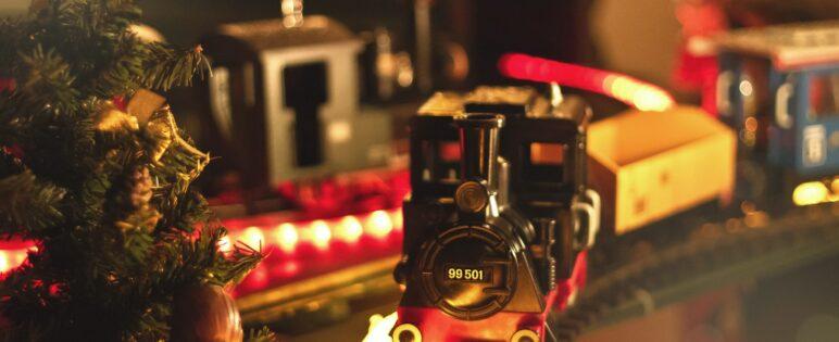 Leksakståg på tågbana under jul