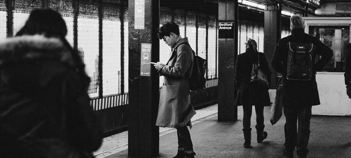 Resenärer på tågstation