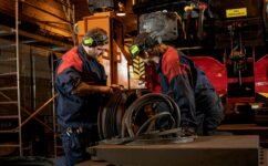 Två reparatörer i Midwaggons verkstad.
